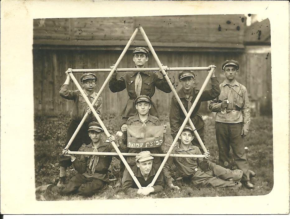 Fig. 5: One of the pictures obtained by the advertisement sent out on social media by one of the course participants: Members of a Jewish youth movement in Bialystok before the war, holding sticks in the shape of the Star of David. The sign reads: Samuel's group